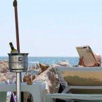 Wijnkoeler onder parasol op het strand