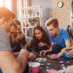 Vrienden spelen bordspel met elkaar